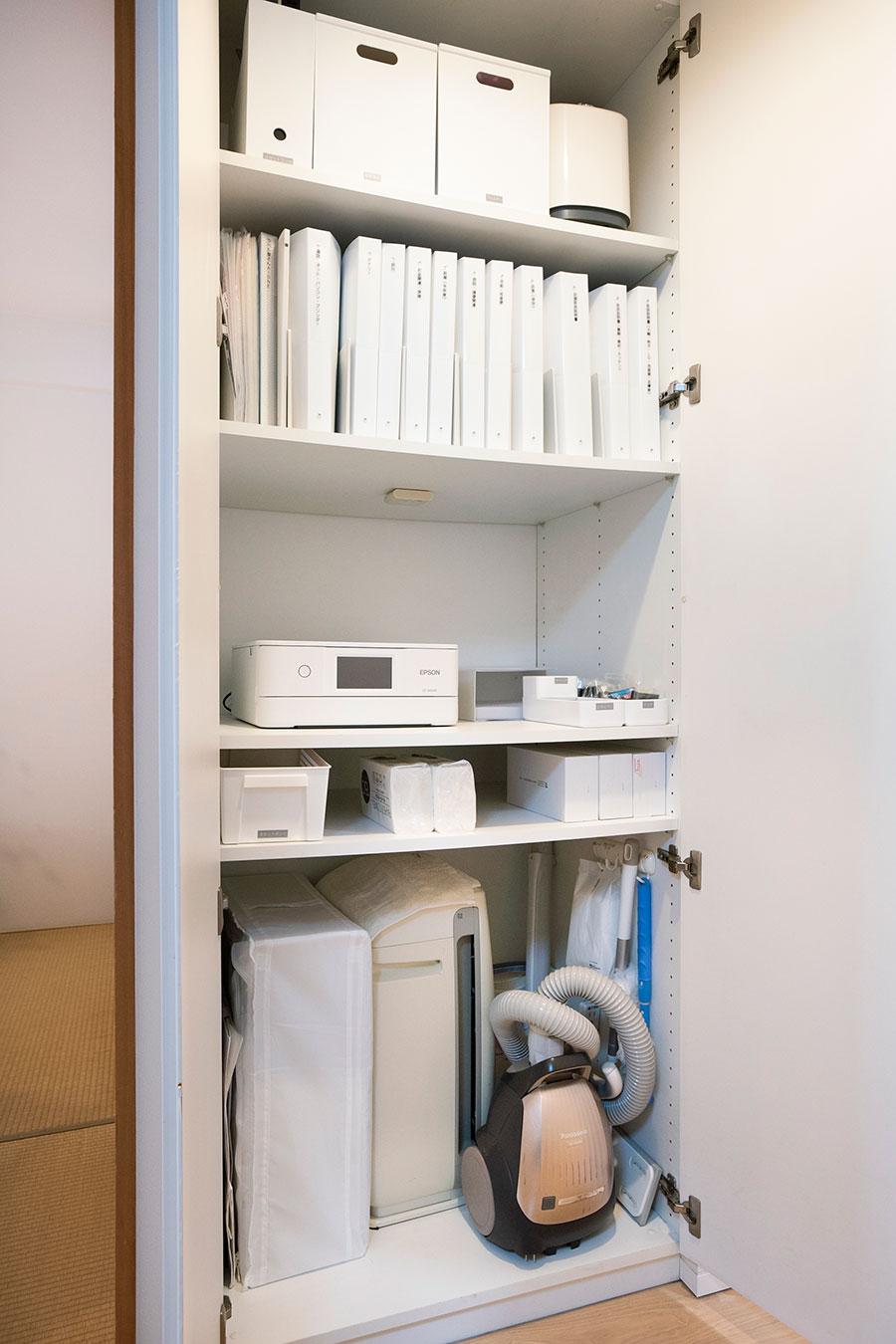 LDKよりのストレージ。キッチンに収まり切らないキッチン家電などを。中段はプリンターコーナー。作業時に必要な文具も備えている。