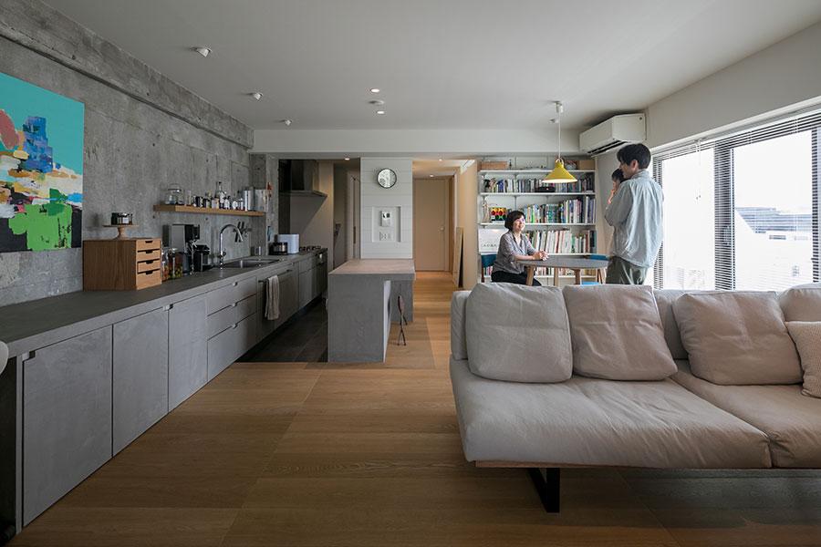 長い壁際のキッチンカウンターなど、伸びやかな印象のリビング。転居して約1年半。現在は萠衣ちゃんとの3人暮らし。