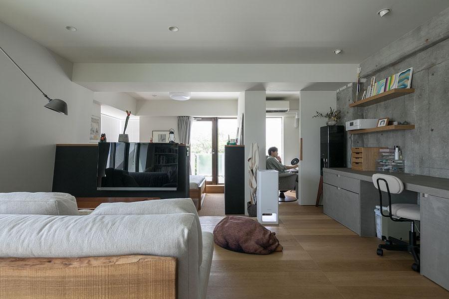 キッチンのカウンターの並びが亜季さんのワークスペース。匠平さんはさらに奥に書斎を作った。