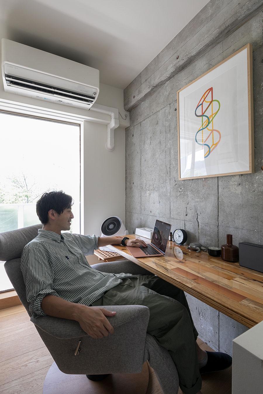 「書斎は漫画喫茶をイメージして、あえて小さなスペースにリクライニングチェアを入れました」。以前から使っていたお気に入の天板は壁付けに。