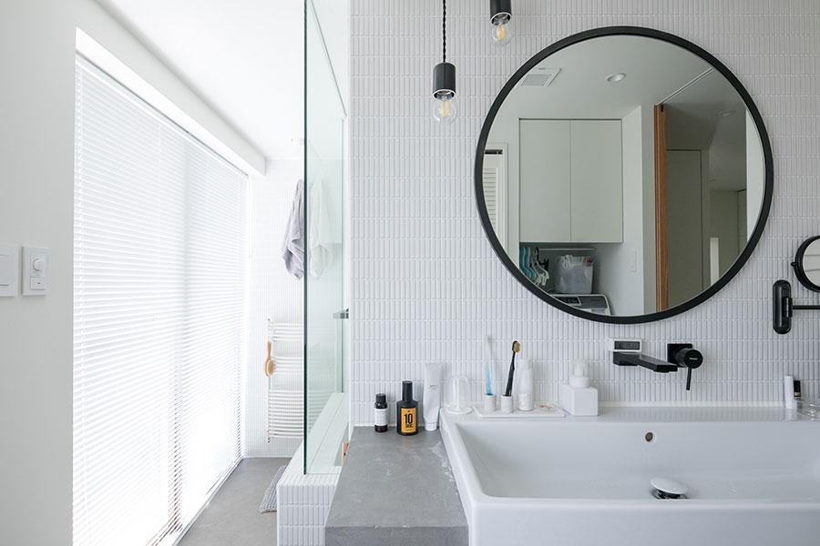 洗面台の奥がバスルーム。お風呂に浸かりながら窓の外の景色を楽しめる。