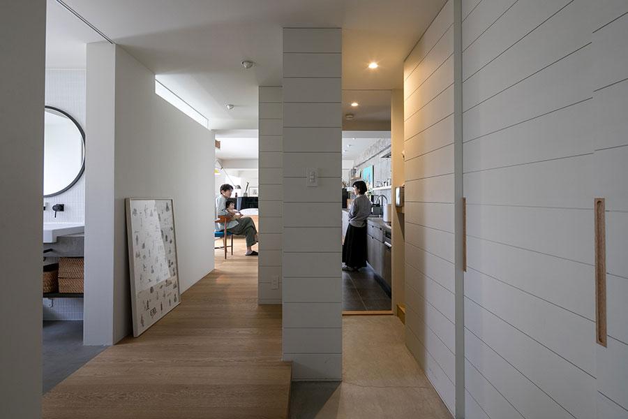 向かって左側がメインの廊下。右側は靴だな、パントリーを通ってキッチンに繋がる動線。引き戸で閉じることができる。右側は容量たっぷりの収納。