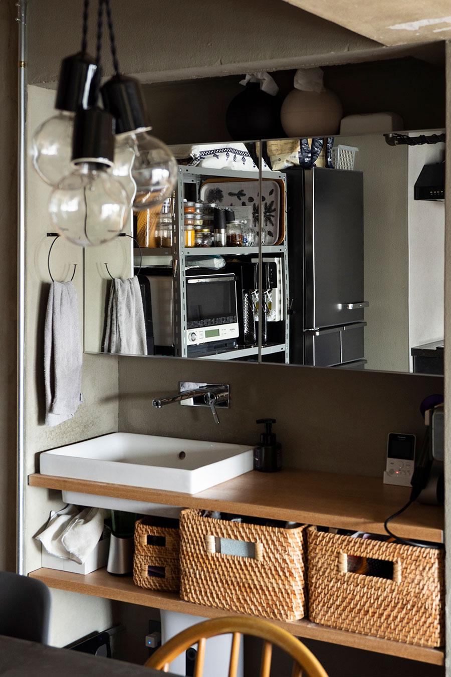 ダイニングに設けた洗面台は、インテリアの一部のように収まっている。