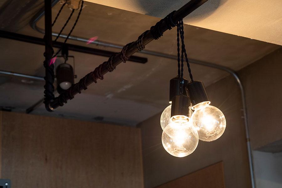 ダイニングの照明は、toolboxのソケットランプを使ってコーディネート。