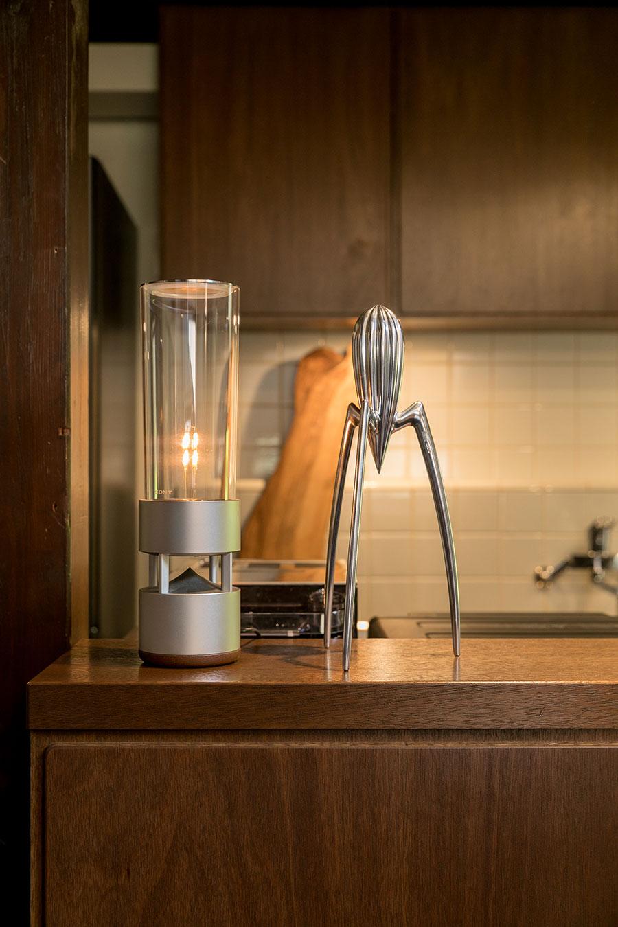 シルバーカラーの組み合わせ。キッチンのカウンターでは、『SONY』のグラスサウンドスピーカーがお出迎えしてくれる。隣に置いたフィリップ・スタルクのレモンスクイーザーの近未来フォルムとよく似合う。