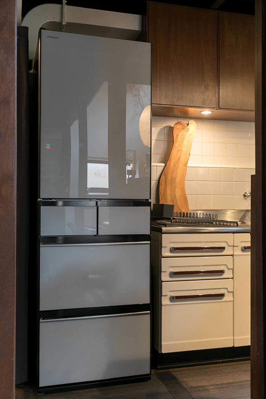 冷蔵庫はグレーのボディの『HITACHI』をセレクト。「ピュアホワイトは目出ちすぎる、黒は重すぎると感じたので、グレーを選択しました」