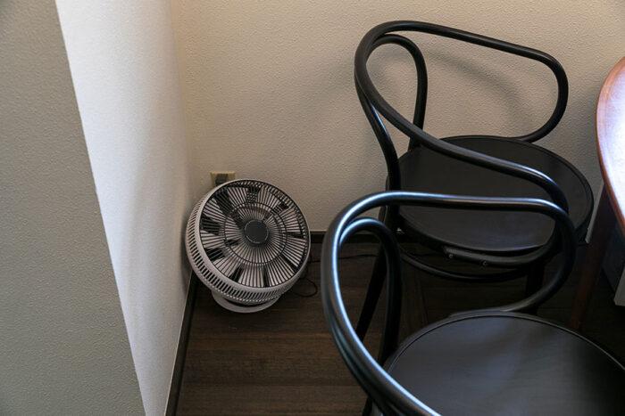 1階のリビングに置いた『BALMUDA』のサーキュレーターは、吹き抜けの上部に向けて床面と天井近くの温度差を解消。