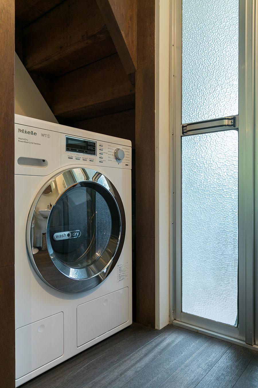 『Miele(ミーレ)』の洗濯乾燥機。古い住宅にこそ、完成度の高い美しいデザインの家電を置きたい。