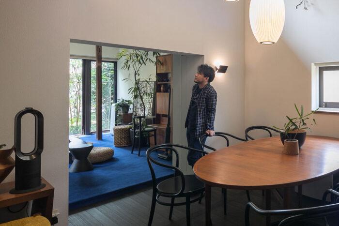 インテリアスタイリストの窪川勝哉さんのヴィンテージ住宅でお話を伺った。写真左の黒の『dyson』のファンヒーターのフォルムと、黒のトーネットのダイニングチェアの曲線がベストマッチ。