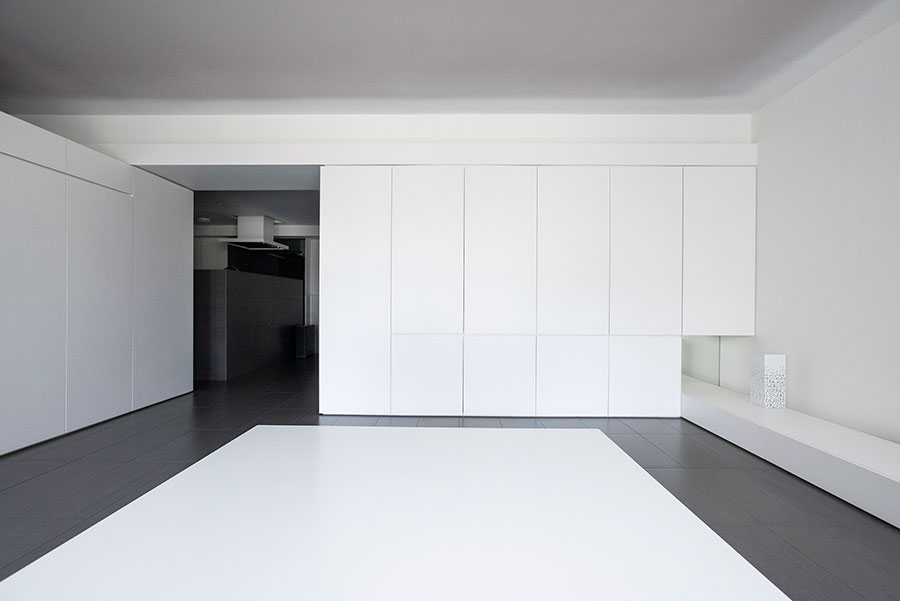 2面は壁面収納に。マットなメラミン化粧板仕上げのパネルを使い、壁のように見えることにこだわってデザイン。