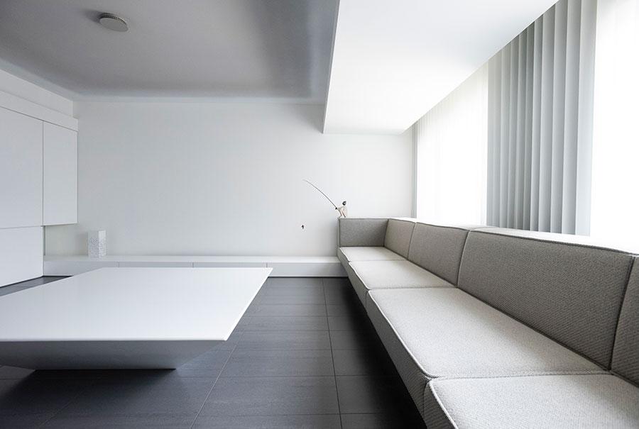 "5m幅のソファー、人工大理石のテーブルは造作で。空間の余白を考えて設えた正面の壁の下部は、""床の間""として存在している。""God is in the detail(神は細部に宿る)""をモットーに、煙感知器に至るまでオリジナルでデザイン。間接照明以外、リビングの灯りはダウンライト1個のみ。"