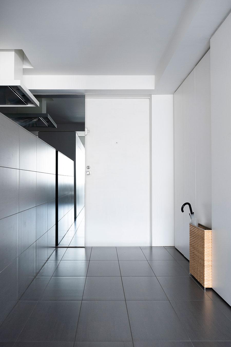 引き戸を開ければ玄関のドアが出現。右手にコートもかけられるシューズクローゼットが設けられている。
