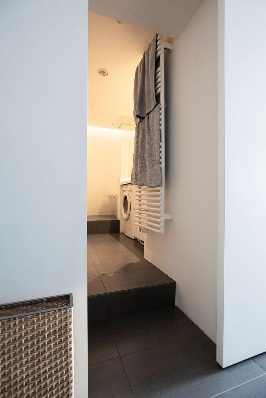 バスルームへの入り口。いつでもホカホカのタオルが使えるタオルウォーマーは、採用して良かったもののひとつ。