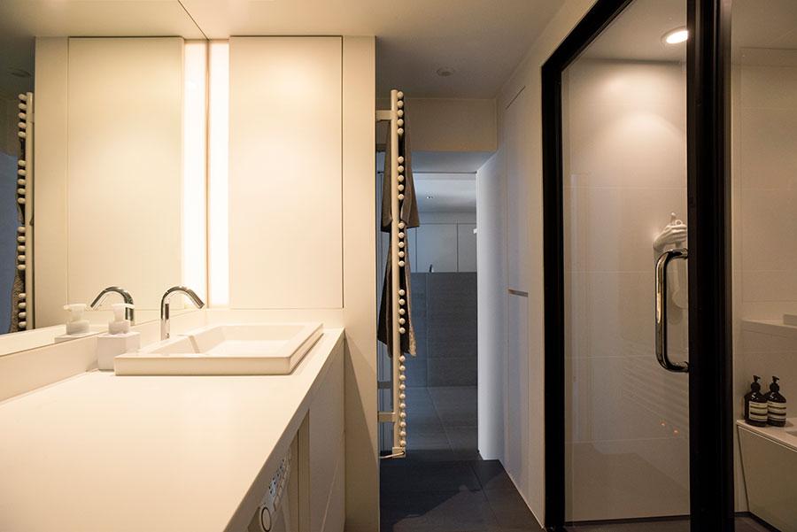 お風呂、トイレ、洗面、ランドリーを一体に。間接照明が幻想的な雰囲気。