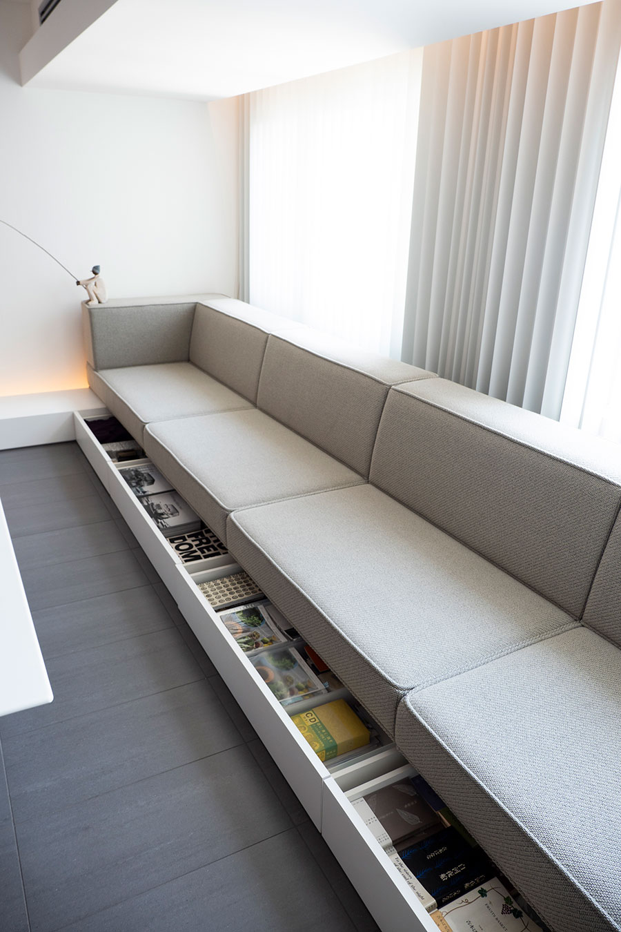 ソファー下には本を収納。増子さんが装丁を担当した「キッチン」「アムリタ」も保管。