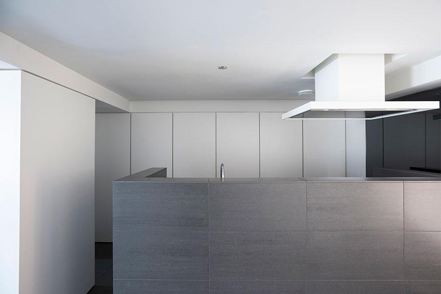 キッチンカウンターもセラミックタイルで。ダウンライトはここも1つだけ。