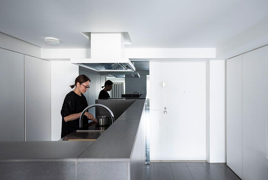腰壁を通常より高くしたため、キッチンに立ったときに手元が隠される。