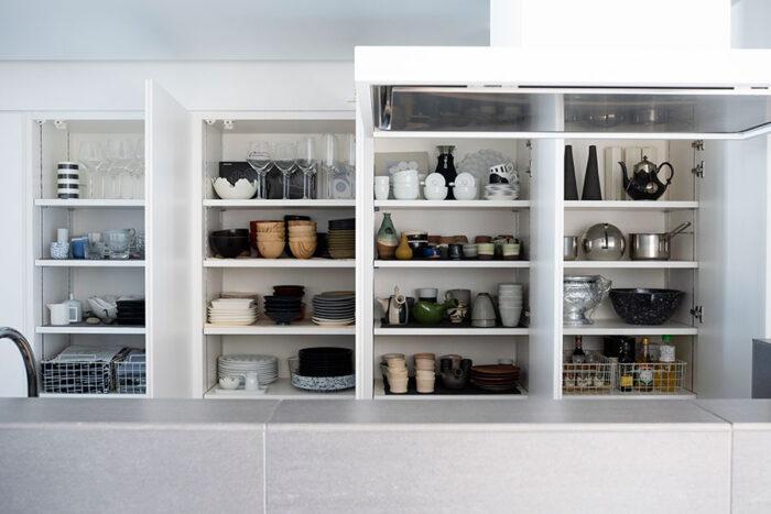 キッチン収納は使いやすいよう片開きの扉を採用。食器、調味料などアイテム毎に分けて使いやすく。