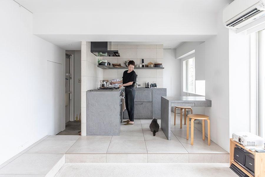 床の段差でリビングとキッチンを緩やかにゾーニング。