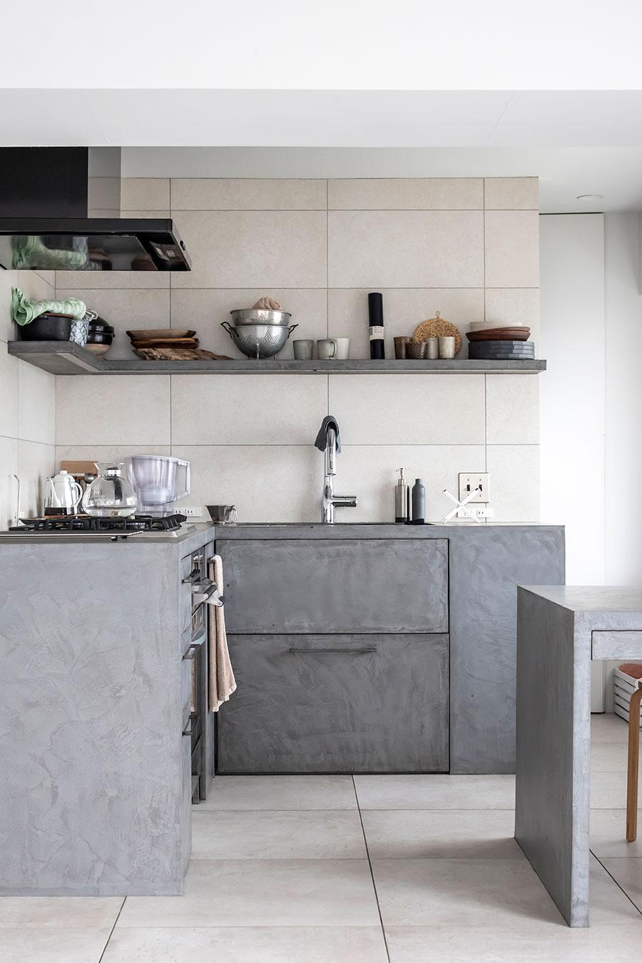 表面をモールテックスで塗装した木製の造作キッチン。