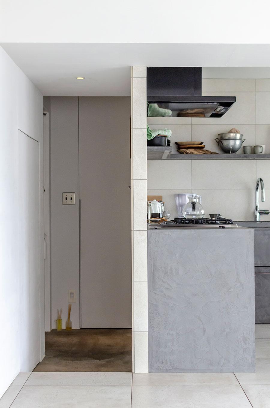 壁を挟んで、キッチンの隣に玄関。