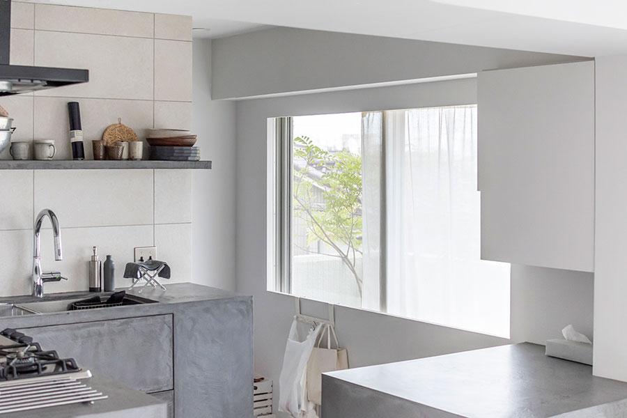 ガラス窓の内側には、90cmほどの腰壁を設置。シンクと高さを揃えて。