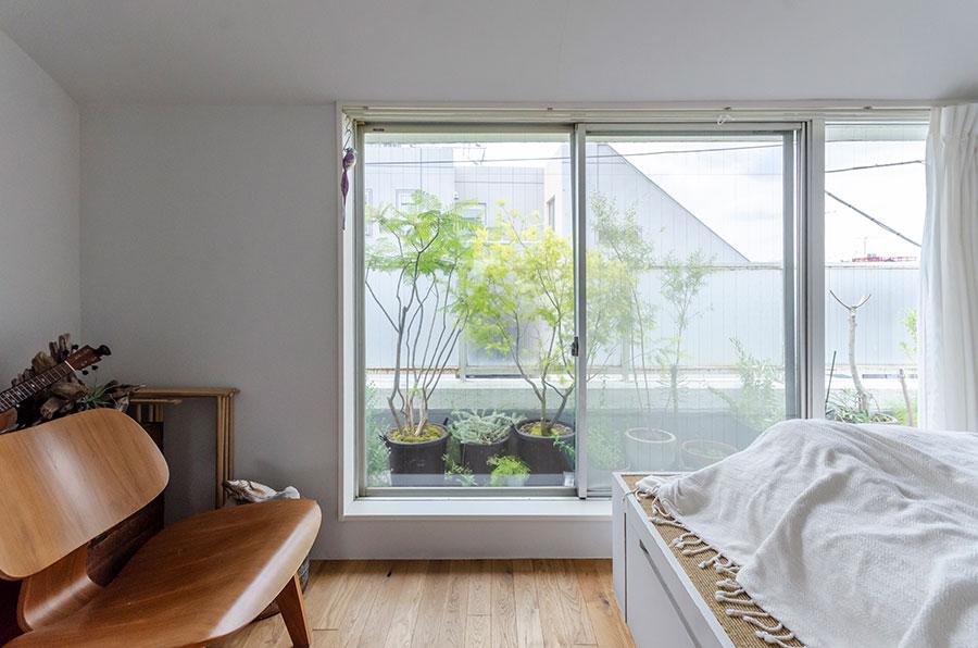 約8.5㎡の寝室。大きな窓からは日光が降り注ぐ。