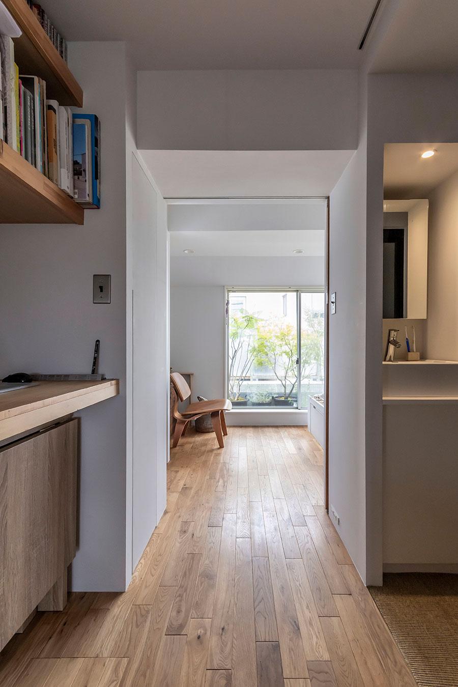リビングから寝室へと繋がる通路。右側には浴室とトイレ。
