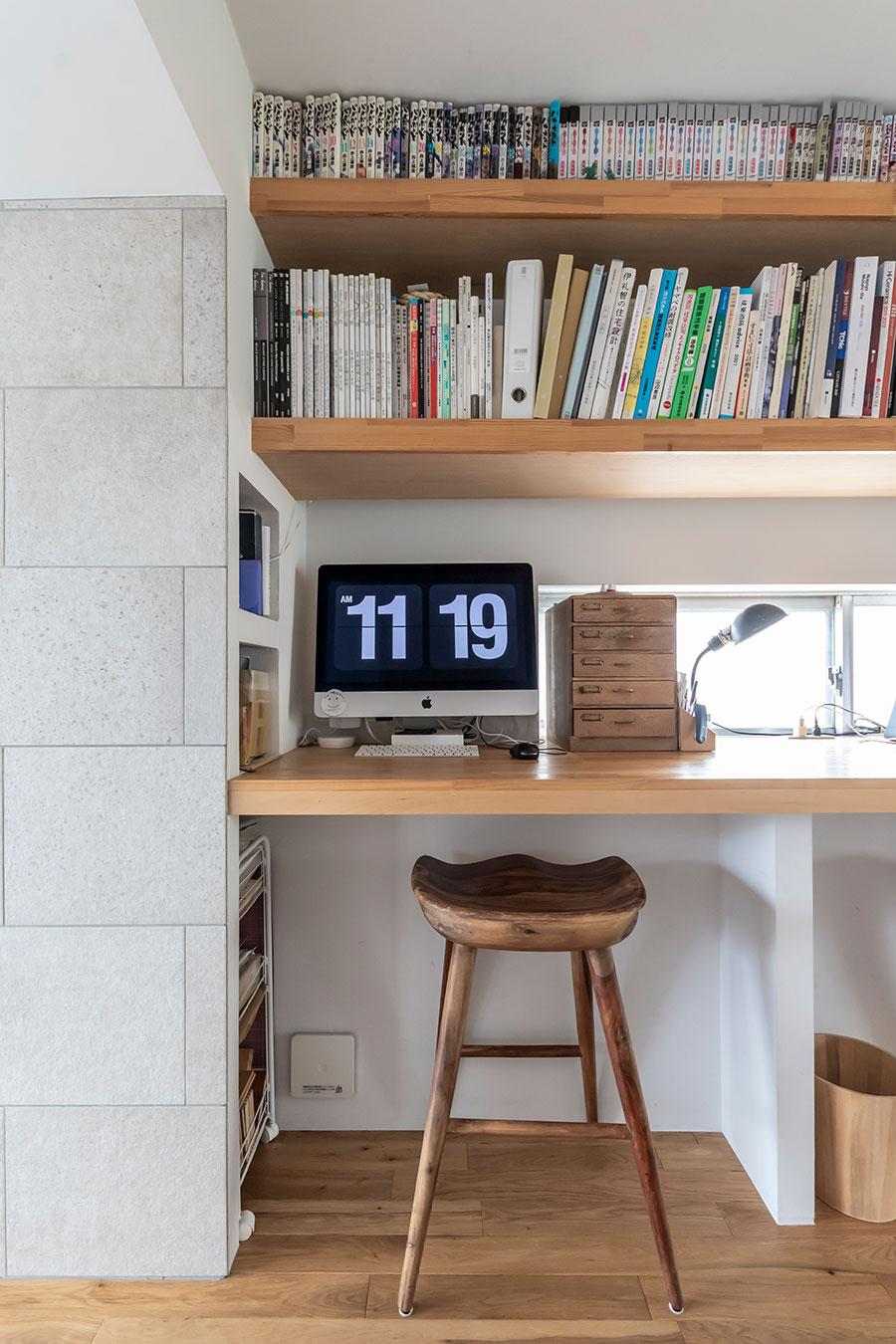 木材の板を渡して、デスクと本棚を作成。