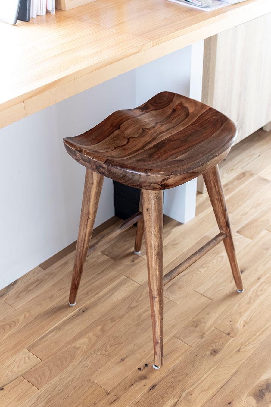 おしりの形に合わせてくぼんだ座面のスツール。長時間座っていても疲れにくい。