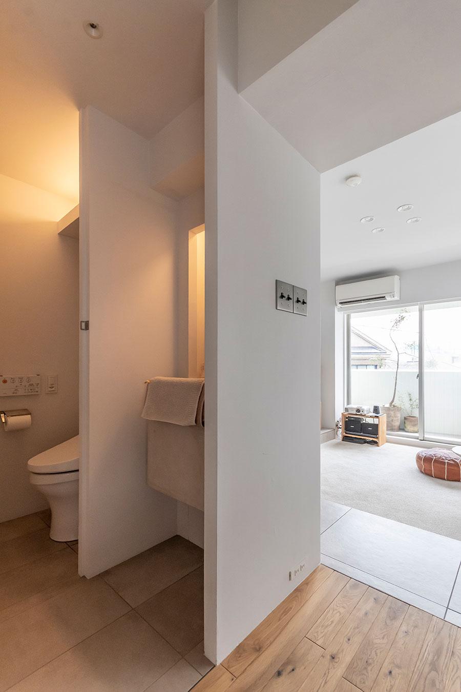 トイレと手洗いにのみ間接照明を採用。