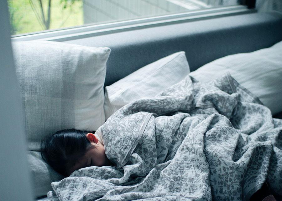 ニーテュ ブランケット ( グレー ) 150x260cm ¥24,200 LAPUAN KANKURIT 汗をかきやすい小さな子どものお昼寝にもおすすめ。