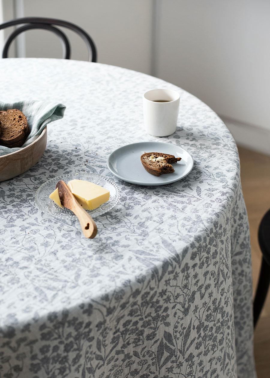 テーブルクロスとしても使える。 パリッとアイロンをかければ、おすまし顔に。洗いざらしのままリネンのくたっとした雰囲気を楽しむことも。