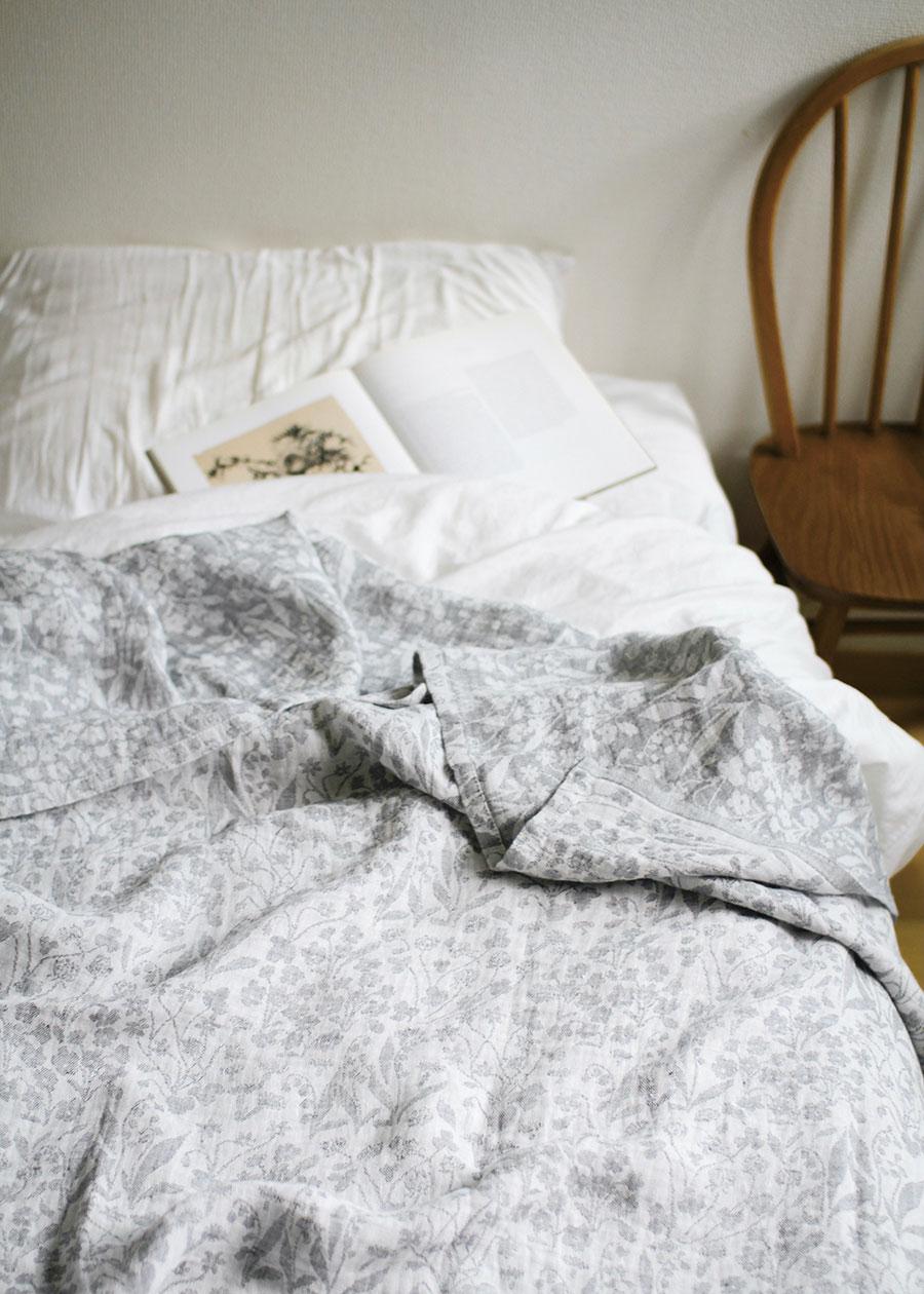 リネンの持つ吸収性と速乾性が睡眠中の汗を吸い、さらに熱を放出することで寝苦しい夜も快適な眠りをサポートしてくれる。