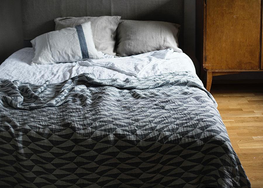 トリアノ ブランケット ( ホワイト-ブラック ) 140x200cm ¥19,800 LAPUAN KANKURIT 北欧らしい美しくシンプルなパターンが魅力。空間をモダンで優しい印象に仕上げてくれる。