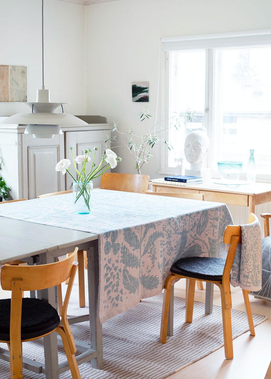 ヴィッリウルティット ブランケット ( ローズ-ペトロリウム ) 150×200cm ¥22,000 LAPUAN KANKURITテーブルにクロスを1枚かけるだけで、部屋の印象が変わって空気も柔らかくなる。