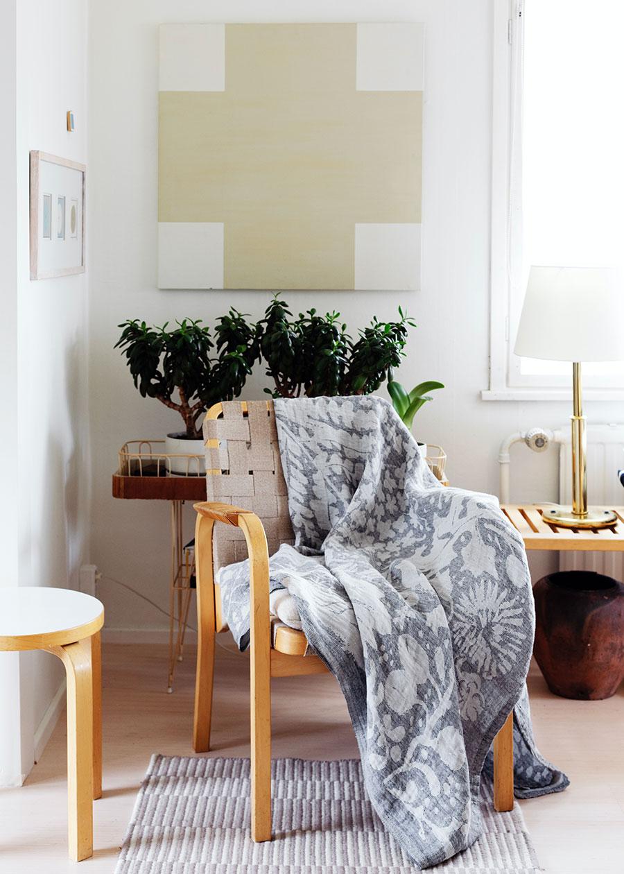 冷房の風が気になる室内ではひざ掛けとして。 北欧らしい大胆な植物柄は無造作にかけておくだけでもインテリアのアクセントに。 また、使い込むほどに肌なじみが良くなる過程も楽しみのひとつ。