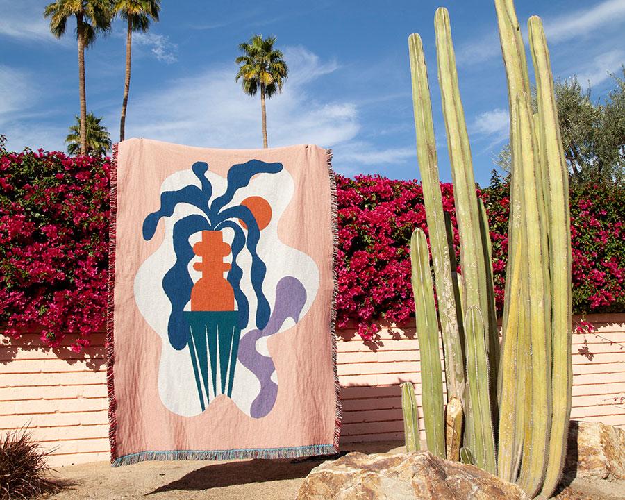中米ホンジュラス出身の新進気鋭アーティストMina Wrightによる抽象画。独特な配色が忠実に表現されている。真夏の自然光にも、夕方の室内の明かりにも似合いそう。観る場所や時間により変わるさまざまな表情が楽しめるのもこのブランケットの魅力のひとつ。