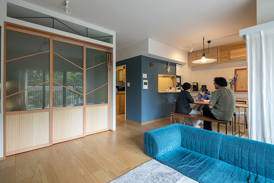 リノベーションのメインとなったLDK。「キッチンと子ども部屋、二つの箱が並ぶこの視点が一番好きです」と佐々木さん。