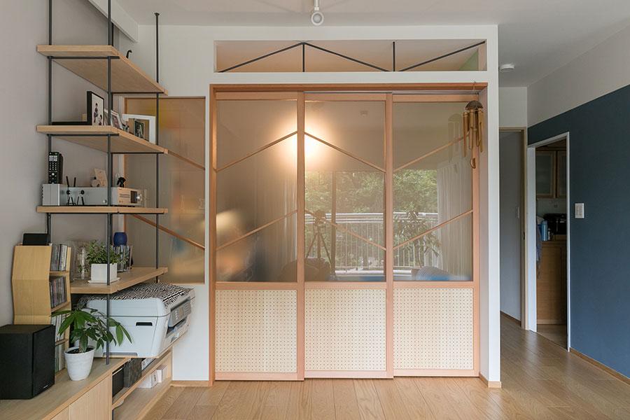 採光とともにリビングとの一体感を考慮して設えた子ども部屋の造作建具。また、風を取り込めるように上部には欄間を設えた。建具と合わせて、斜めに材を入れているのが特徴。