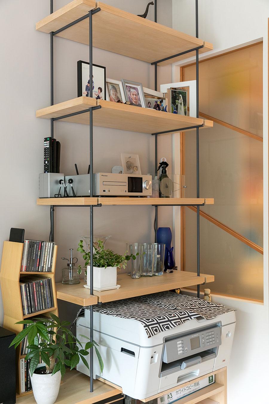 造作の吊り棚。「すっきりした印象を持たせたかったので、なるべく細い素材を考えて、鋼材のスチールバーを採用しました。」(佐々木さん)。