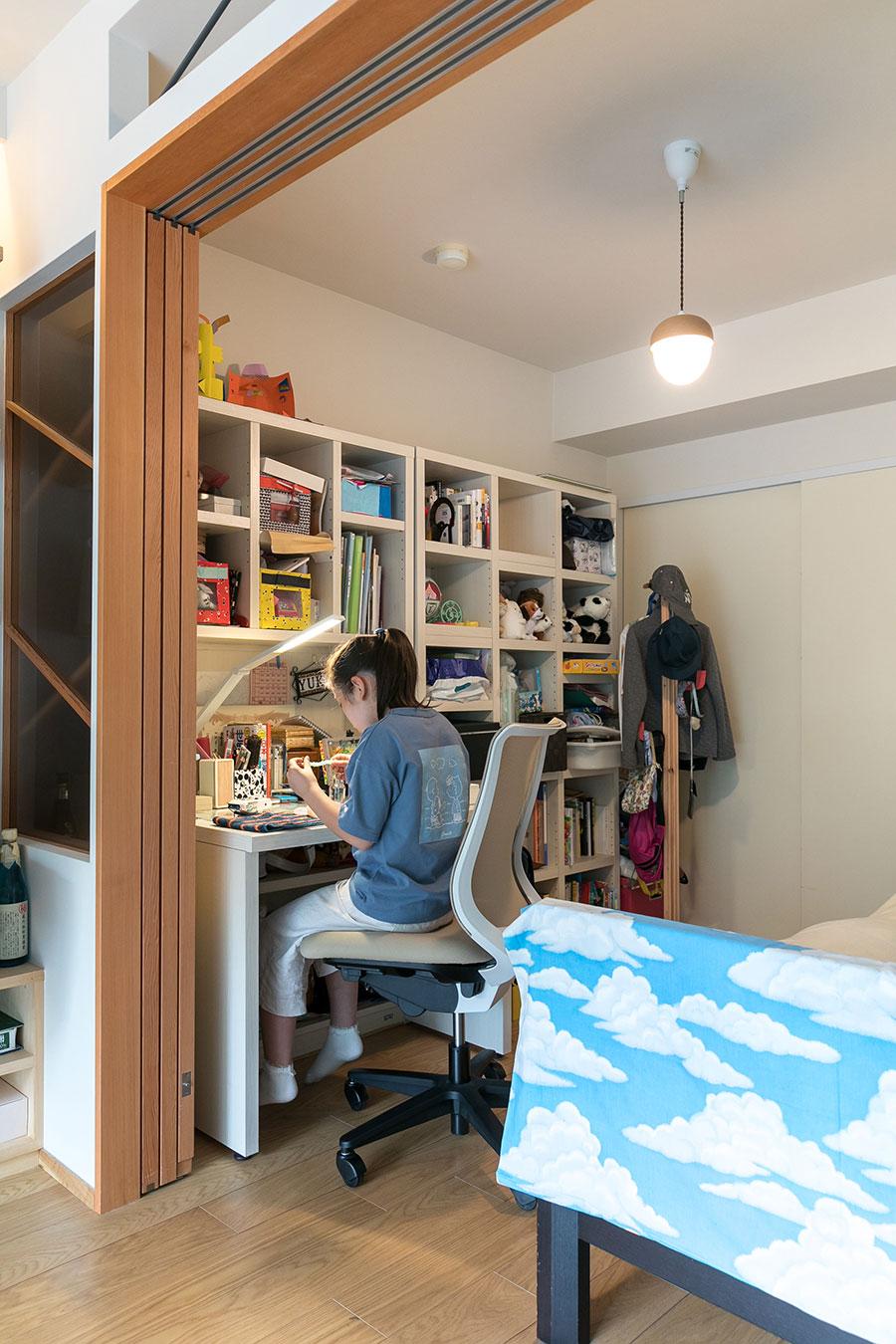 リビングに隣接した子ども部屋はご長女の部屋となっている。「娘は特に自分の部屋を気に入っています。自分の机だけはいつも綺麗に片付けていますね(笑)」と綾子さん。