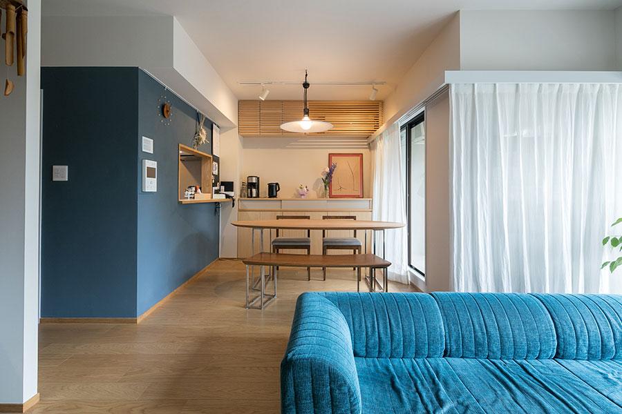 リビングからダイニングを見る。既存の家具を生かせるようにゆとりのある空間づくりを心がけた。