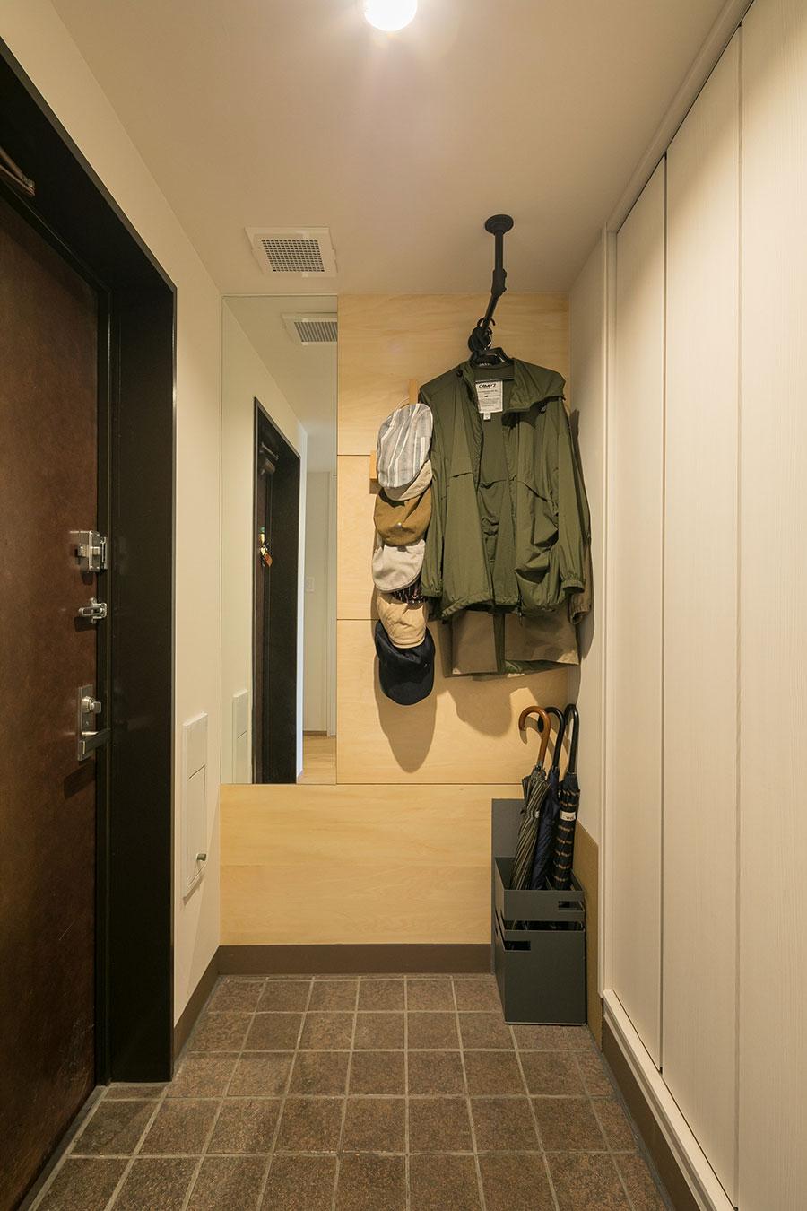 玄関は、壁面に鏡とシナ材を新たに設えた。使い勝手のよい姿見は来客者からも好評だという。