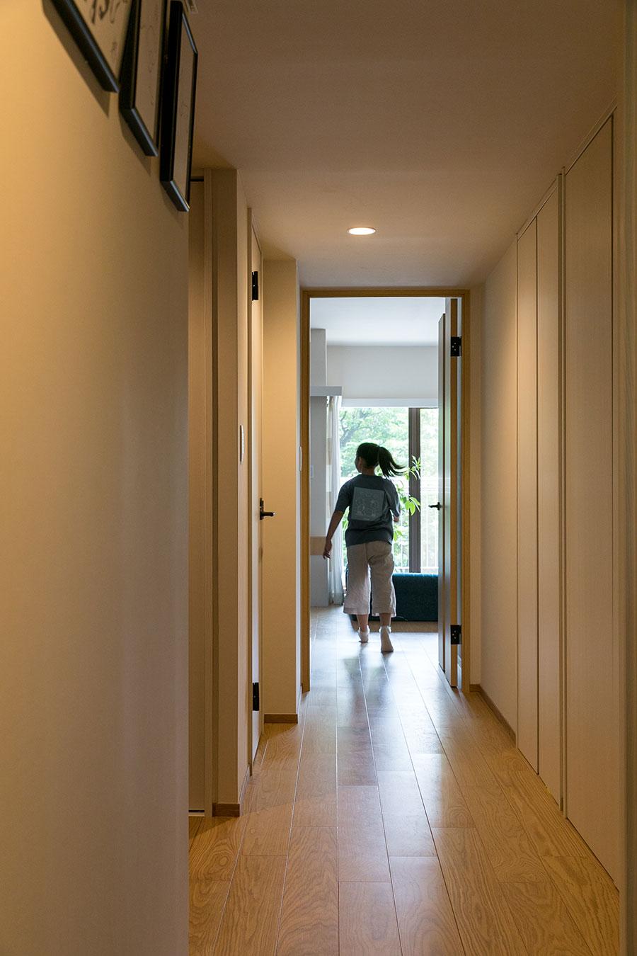 廊下は、白を基調に壁紙や建具を設え、すっきりした印象に。居室となる部屋はフローリングに合わせた木の色合い、居室以外(トイレ、浴室、収納)は廊下の壁紙と一体感のある白地を選んでいる