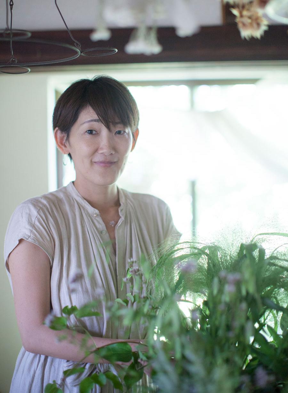 花雑家・花療法士、「hanauta#」水野久美さん。ワークショップや移動花屋、フラワーエッセンスやアロマなどの植物療法を取り入れた活動を行う。