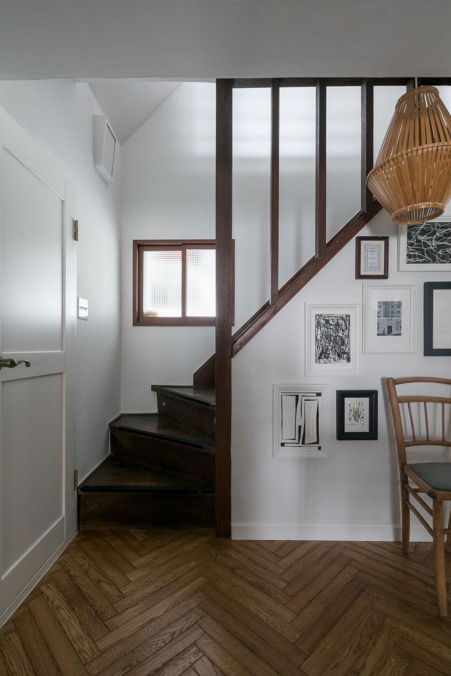時代を感じる飴色の階段は既存。磨りガラスの向こうは書斎になっており、「ここから『ご飯できたよ』って俊さんを呼びます」とHarunaさん。