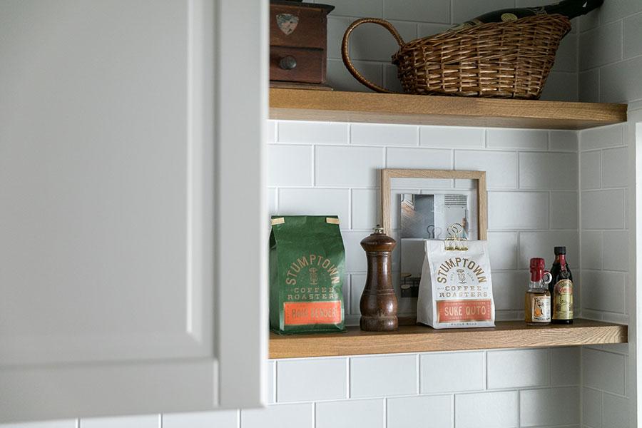 キッチンの壁収納。アンティークのコーヒーミルなど、さりげなく置かれた全てが絵になる。