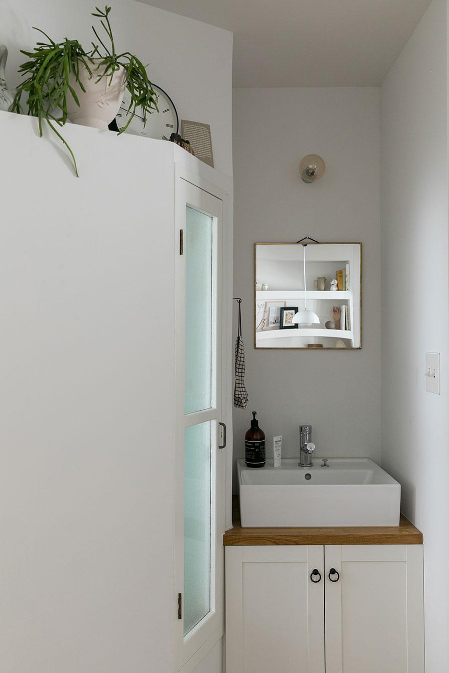 洗面台の左側はお風呂。「ここにも謎の可愛い窓がついています。換気のためかな」(Harunaさん)。