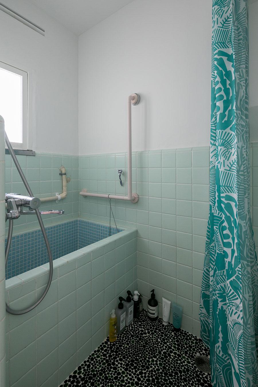 昭和レトロなお風呂は既存。タイルの上の壁は白く塗り直した。「ユニットバスではないので、天井が高いのが気に入っています」(俊さん)。